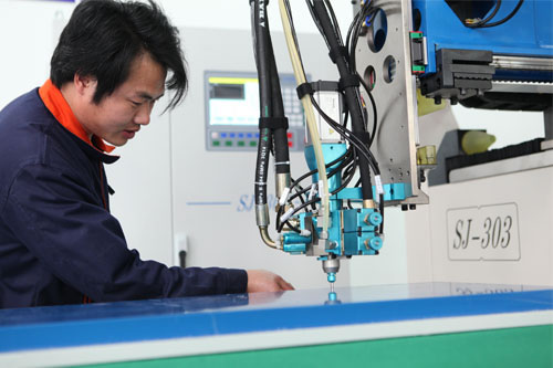 The preparation and attention of the operator of the glue machine